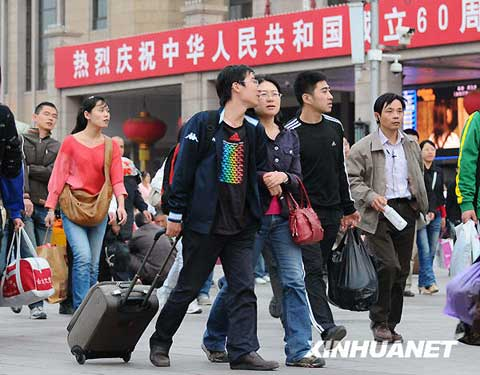 10月7日,返程旅客从北京火车站出站。随着十一黄金周临近结束,各地铁路迎来返程客流高峰。新华社发(樊甲山 摄)