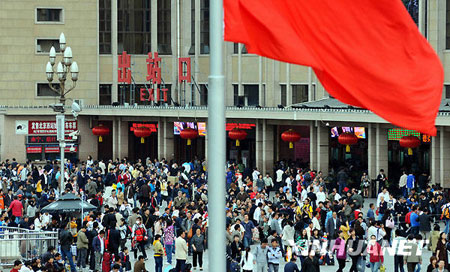 10月7日,北京火车站出站口人流如织。
