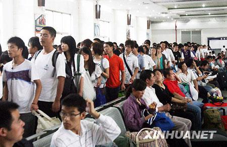 10月7日,苏州火车站候车大厅内人头攒动。