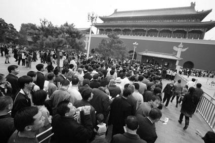 图为上午人们排队参观天安门。摄/记者林晖
