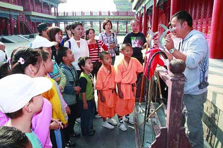 """国庆期间,北京一批小学生在老师的带领下,到蓬莱三仙山景区感受传统文化。这个黄金周,旅游不再""""井喷"""",游客游园更从容了。 乔显佳 姜山 摄"""