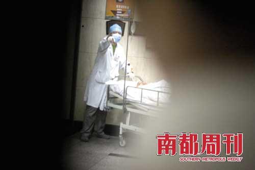 9月30日,在华山医院,做完血管造影的赵本山被医生送回重症监护病房