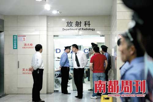 华山医院工作人员层层保卫正在做血管造影检查的赵本山