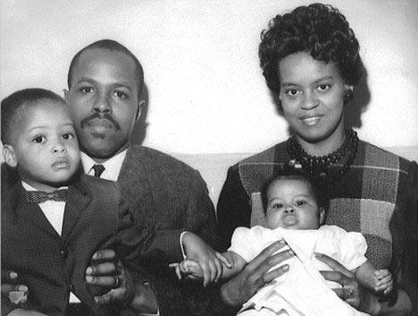 弗雷泽・罗宾逊和玛利安与他们的两个孩子,玛利安怀中的女孩就是当今美国第一夫人米歇尔・奥巴马