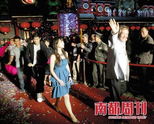 2009年5月2日,赵本山(右一)、小沈阳(右三)等出席位于北京前门大街的刘老根大舞台开业典礼。