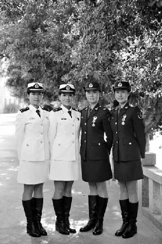 洪晶晶、褚苏妮、张蕾、鲁雅文(左起)展示参加阅兵时的服装