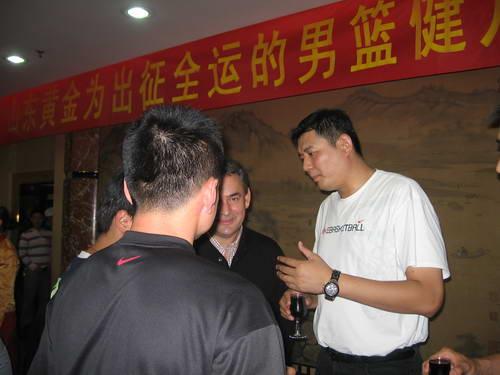 图文:山东男篮全运会壮行会 巩晓彬与外教聊天