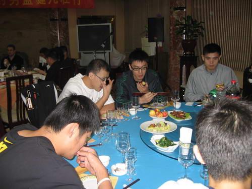 图文:山东男篮举行全运会壮行会 杨鸣吃水果