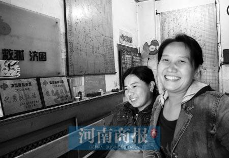 诞生巨奖的投注点老板(右)喜笑颜开商报记者 胡志强/摄