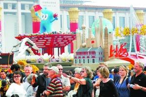 昨天,天安门广场展示的60辆国庆彩车吸引着大批游客。本报记者 孙戉摄