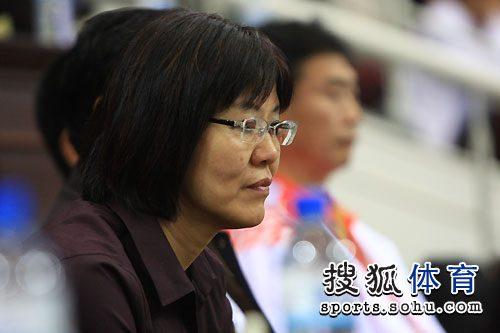 图文:郎平亲临全运女排赛场 聚精会神关注比赛