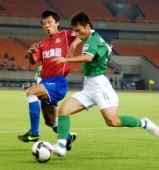 图文:[中超]杭州1-0陕西 带球突破