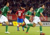 图文:[中超]杭州1-0陕西 绿城庆祝进球