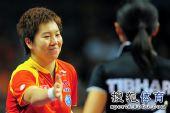 图文:世界杯李晓霞4-0刘佳 赛后微笑握手中