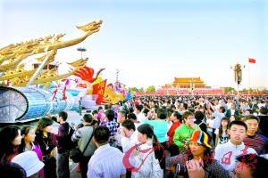 10月2日以来,天安门广场一直都是人头涌涌,各地彩车每天吸引了100多万游客观赏。 记者高鹤涛摄