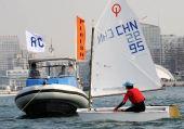 图文:全运会OP级帆船团体决赛 陆瑜婷冲过终点