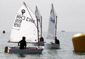 图文:全运会OP级帆船团体赛 选手在比赛中