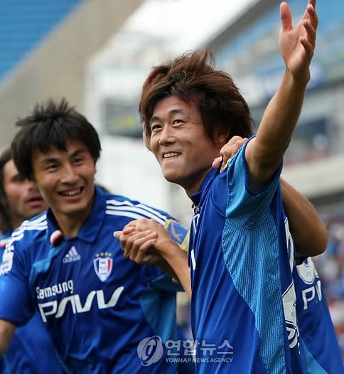 李玮峰微笑祝贺队友
