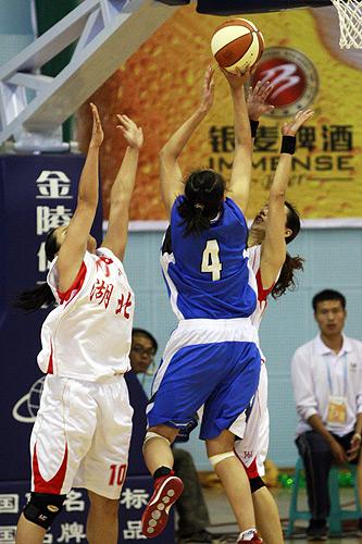 图文:北京女篮胜湖北女篮 内线强行进攻