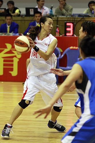 图文:北京女篮胜湖北女篮 准备变向突破