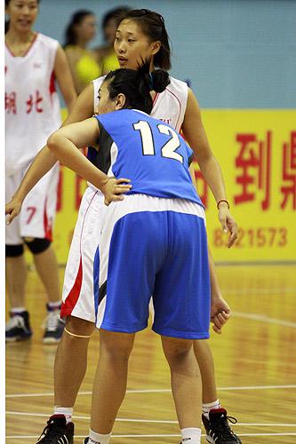 图文:北京女篮胜湖北女篮 对位防守
