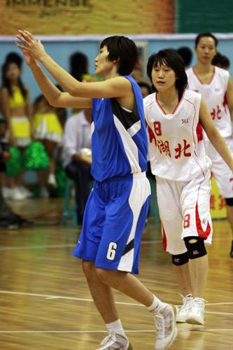 图文:北京女篮胜湖北女篮 张帆准备接球