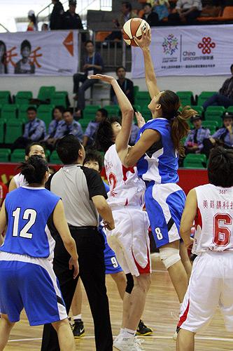 图文:北京女篮胜湖北女篮 比赛开场跳球