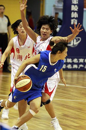 图文:北京女篮胜湖北女篮 积极追防