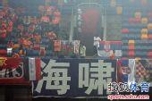 图文:[中超]天津VS青岛 球迷看台标语