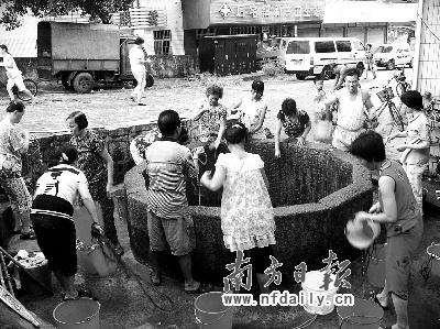 井边围满了取水的群众。
