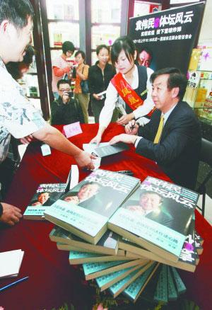袁伟民面对热情的南京市民有求必应。        本报记者 崔 晓摄