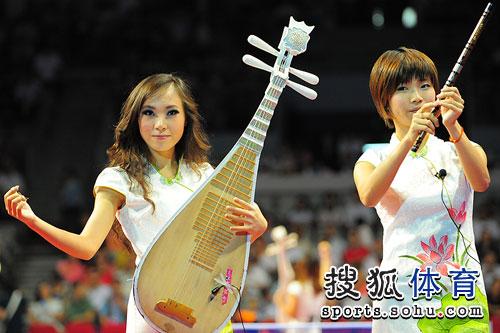 美女弹奏乐器助兴