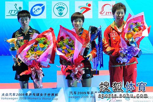 图文:刘诗雯4-3郭跃获冠军 三人表情各异