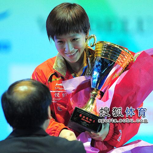 图文:刘诗雯4-3郭跃获冠军 刘诗雯接受颁奖