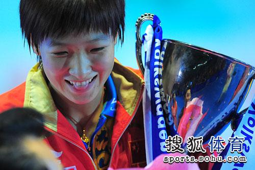 图文:刘诗雯4-3郭跃获冠军 吐舌秀可爱