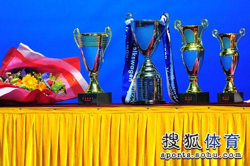 图文:刘诗雯4-3郭跃获冠军 奖杯很漂亮