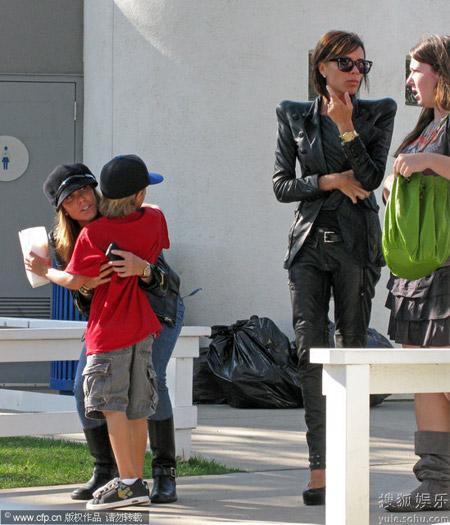 辣妹带儿子逛学校集市