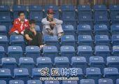 图文:林丹现身为谢杏芳助威 安静观看女友比赛