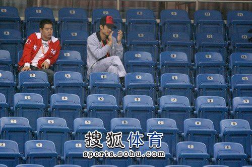 图文:林丹现身为谢杏芳助威 林丹为女友鼓掌
