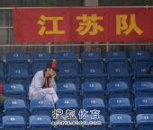图文:林丹现身为谢杏芳助威 林丹观赛很沉默