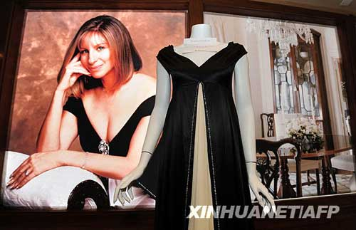 10月12日,美国影视歌三栖明星芭芭拉・史翠珊穿过的衣服在美国加利福尼亚州贝弗利山举办的拍卖预展上展示。芭芭拉・史翠珊将于17日、18日两天举行个人物品拍卖活动,收入所得将归入史翠珊设立的慈善基金会。新华社/法新