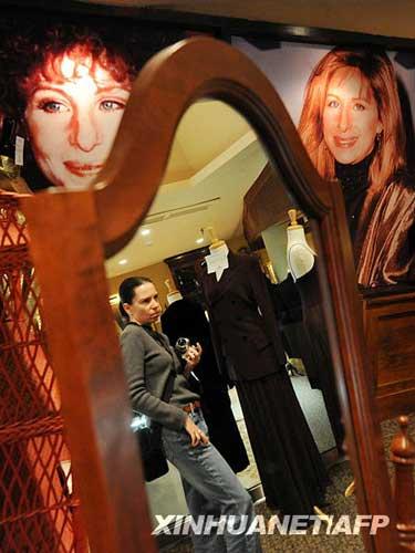 10月12日,在美国加利福尼亚州贝弗利山,一名妇女在美国影视歌三栖明星芭芭拉・史翠珊的拍卖预展上参观。新华社/法新