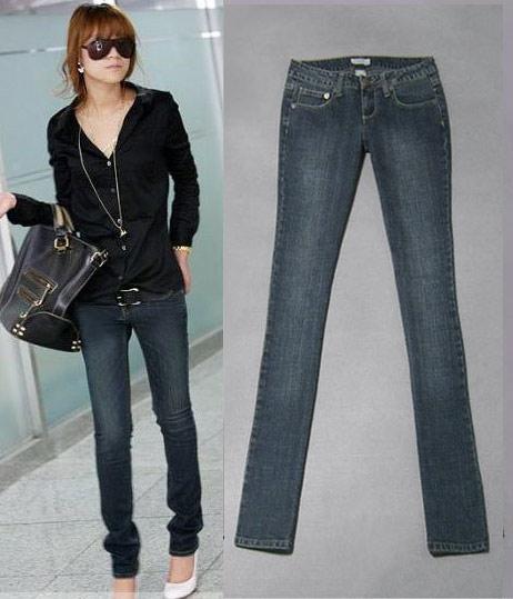 搭配 简洁/时尚解析:黑色水磨紧身牛仔裤,搭配同色系牛仔上衣,内加一件...