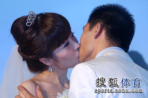 王峰婚礼现场与新娘热吻