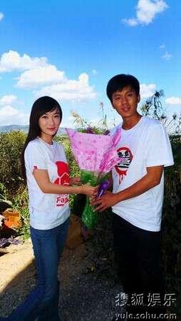霍思燕向李晨送上祝福的鲜花