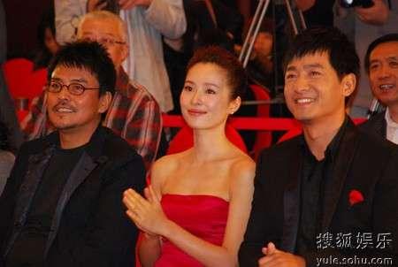 左起:导演孙周、主演江一燕、主演郭晓冬