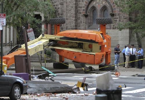美费城发生起重机翻车事故驾驶舱撞破大楼
