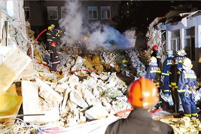 燃气快烧完时,消防员开始灭火。本报记者朱嘉磊摄
