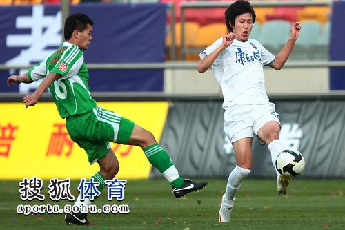 图文:[中超]天津VS北京 黄博文传球