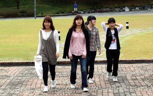 四位女棋手担任记录员